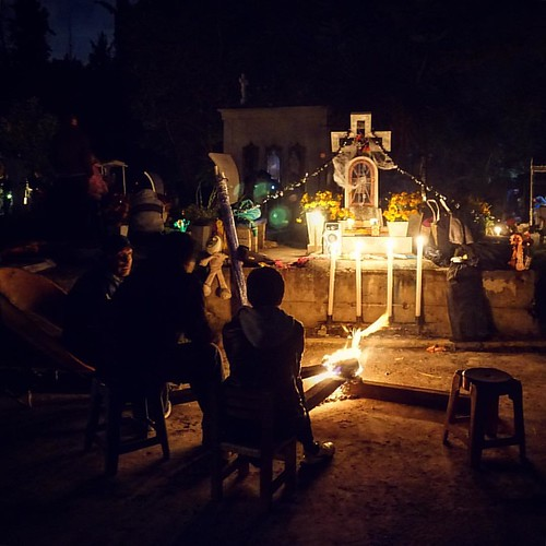 traditions of Day of the Dead: spending the night with your ancestors in the local cemetery #dayofthedead #diadelosmuertos #mexico #travel #viajar #xochimilco #cdmx  #uonstudyabroad
