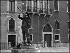 Clarinetista (Jordi Aragon) Tags: nikonf801 nikkor50mmf14d kodaktrix rodinal 150 5secagitationperminute filmrocks 20c 12minutes venezia italia
