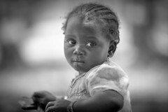 Burkina faso: enfant du pays Sénoufo. (claude gourlay) Tags: burkinafaso afrique africa portrait retrato ritratti claudegourlay face people enfant childr noiretblanc blackandwhite bw nb sénoufo ethnic ethnie tribo