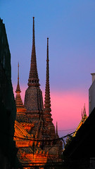 Wat Pho at Sunset - Bangkok - Thailand (Rogg4n) Tags: street sunset sky architecture night thailand temple pagoda twilight asia bangkok gradient watpho canoneos100d efs18135mmf3556isstm