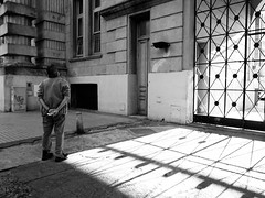 Trancado para fora (Paulo Octavio) Tags: street bw argentina branco america calle documentary preto rosario rua latina documental