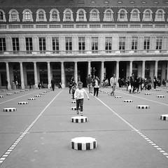 Sur les colonnes de Buren... (Panafloma) Tags: paris palaisroyal jouer courir colonnesdeburen