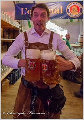 Chaud devant ! p (Christophe Hamieau) Tags: continentsetpays europe fr fra france oktoberfest paris pariseventcenter beer bière brasserie brewery chope folklore mug serveur waiter îledefrance