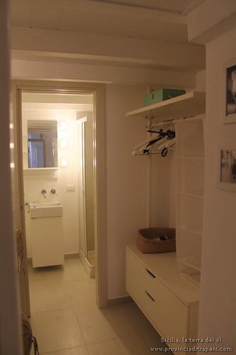 Trapani_Sicilia_occidentale_appartamento_La_Concoide_ingresso_bagno_appendiabiti_affitto_vacanze_turismo