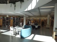 Atrium - Bibliothque publique de Pasila - Helsinki - Finlande (Milieux_documentaires) Tags: bibliotheque finlande helsinki pasila atrium chaise plante plancher table rayonnage canap comptoirderfrence chariot