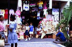 Bahamas 1988 (176) New Providence: Straw Market, Nassau (Rüdiger Stehn) Tags: dia analogfilm scan 1980s slide 1980er diapositivfilm kleinbild kbfilm analog 35mm canoscan8800f 1988 contax137md bahamas nassau insel newprovidence amerika westindischeinseln karibik mittelamerika stadt strase bauwerk profanbau menschen leute strawmarket strohmarkt downtownnassau thebahamas nordamerika gebäude