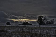 Riss in den Wolken (shortscale) Tags: schnee wolke sonnenaufgang smcpentaxm11750mm baum feld hecke schwbischealb