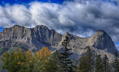 Canmore Backdrop (AnyMotion) Tags: trees bume mountains berge sky himmel clouds wolken 2016 anymotion reisen travel canada kanada canmor alberta 6d canoneos6d landscape landschaft landschaftsaufnahmen autumn fall herbst automne otoo ngc npc