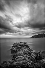 Donde no lllegamos. (Ramirez de Gea) Tags: cala llevadó tokinaaf1224mmf4 cielo mar rocas blancoynegro blackwhite