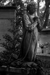 Pray for Paris (michael_hamburg69) Tags: sculpture friedhof paris france girl cemetery female frankreich pray praying cementerio skulptur kneeling mdchen prelachaise cimetire beten knien gottesacker kniend photowalkwithaddadada camposato weekendwithjoseph