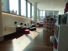 Secteur jeunesse - Bibliothque publique d'Amsterdam - Amsterdam, Pays-Bas (Milieux_documentaires) Tags: fentre pouf fentrage espacejeunes posteinformatique mobilierjeunesse