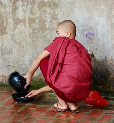 Fregando el cuenco (Andrs Guerrero) Tags: people abbey asia southeastasia gente burma monk buddhism monastery monks myanmar monasterio mandalay monje buddhistmonks budismo buddhistmonk monjes sagaing birmania theravada sudesteasitico theravadabuddhism monjesbudistas monjebudista budismotheravada