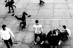 Trafalgar Square (c-u-b) Tags: london streetphotography reisefotografie travelphotography schwarzweis blackandwhite europe europa greatbritain grosbritannien groupofpeople england breakdance performance dance dancer dancing