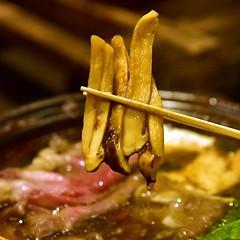 Kuroge Wagyu & Matsutake Sukiyaki (3250++baht) Location: Umenohana, Nihonmura Mall, Thonglor 13 Rating: 🌟🌟🌟🌟🌟 สุกี้ยากี้เนื้อวัวคุโระเกะวากิวและเห็ดมัตสึทาเกะ เนื้อวัวมีลายมันแทรกสวยงามสไลด์มาได้ชิ้นใหญ่แบบสะใจมาก ส่วนเห็ดมัต