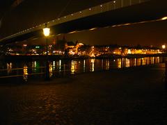 Hoeg Brugk . . . (willem_huwae) Tags: canon river maastricht nacht centre maas wandel limburg wijk loopbrug reflectie rivier wyck lantaarnpalen hoeg img0140 willemhuwae ceramieuq brugk