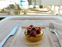 photo - Emirates Biz Class Lounge, SFO (Jassy-50) Tags: sanfrancisco california food plane airplane dessert photo airport sfo strawberries tart emiratesairlines sanfranciscoairport airlinelounge businessclasslounge klmairlines emirateslounge pistachiotart