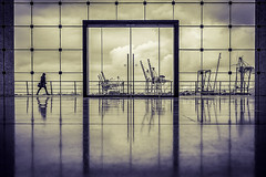 Hafen Hamburg (TS_1000) Tags: hamburg hafen groseelbstrase klassiker dastorzurwelt sw bnw fenster kran krne spiegelung