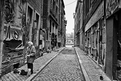 Feeding The Beast (RadarOReilly) Tags: lttich lige wallonie belgien strase street strasenfotografie streetphotography sw schwarzweis bw blackwhite monochrome