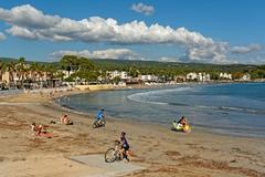 La Ciotat / The beach in autumn (Pantchoa) Tags: laciotat provence plage mditerrane mer ctedazur sable eau nuages gens rivage frontdemer cyclistes plagelumire