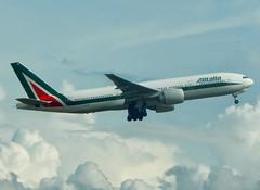 EI-ISB (Geovanne Guimares) Tags: b777 b772 alitalia boeing airplane avio guarulhos