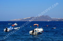 Barcas en el pequeo puerto de Akrotiri, Santorini (Travel around Spain) Tags: santorini grecia akrotiri barcas azul islas acantilados mar mediterraneo