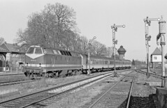DB 219-114  Bahnhof Blumenberg (peter.velthoen) Tags: neg27572 blackandwhite train railroad trein locomotive blumenbergwanzlebenbrde blumenberg station bahnhof semaphoresignal db219114 monochrome