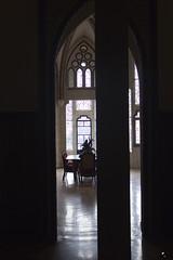 Desgobierno soportado por el centro derecha. (elojeador) Tags: salón despacho mesa silla vidriera ventana ventanal columna arco arcoojival palacio palacioepiscopaldeastorga gaudí palacioepiscopaldegaudí astorga ciudadanos elojeador