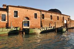 Italien Venedig DSC_0574 (reinhard_srb) Tags: italien venedig lagune insel meer stadt urlaub freizeit reise ferien tourismus lagerhaus fracht boot lkw lebensmittel waren versorgung canali di venezia kahn lastkahn