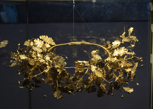 Golden oak wreath from the tomb of Seuthes III