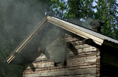 Hirvihaaran Kartanon savusauna lämpiää