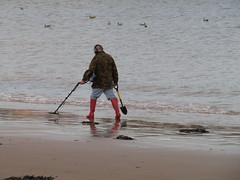 Scarborough beach, metal detector (Ian Press Photography) Tags: scarborough north yorkshire yorks coast coastal sea seaside beach metal detector detecting spade shovel