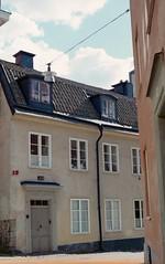 Sdermalm (Trixi Skywalker) Tags: expired film canon av1 50mm 18 stockholm sweden sverige window house building architecture fujifilm superia 200 sdermalm