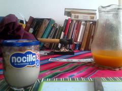 Uniendo dos mundos (Celia Arroyo) Tags: nocilla mango books gaita jugo libros hogar house awayo