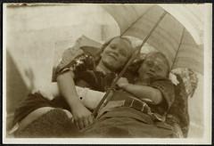 Archiv Chr019 Photo unterm Schirm, Mai 1922 (Hans-Michael Tappen) Tags: archivhansmichaeltappen mdchen girl geschwister gipsarm schirm 1922 1920s 1920er