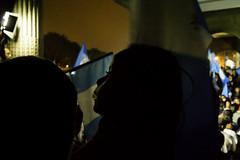 Enseando el deber cvico a su hija ; protesta-celebracin 01/09/2015 (sierra.oe87) Tags: noche lluvia gente guatemala union pueblo protesta septiembre bandera alegria sombras vuvuzela palaciodelacultura plazalaconstitucin renunciaya justiciaya
