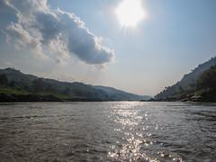 """Première journée de bateau sur le Mékong entre Houeisai et Pakbeng <a style=""""margin-left:10px; font-size:0.8em;"""" href=""""http://www.flickr.com/photos/127723101@N04/23237912563/"""" target=""""_blank"""">@flickr</a>"""
