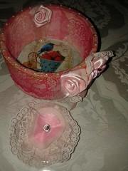CACHEPÔ PORTA RELOGIO (Almeida's artesanato) Tags: flores de do e tecido cetim rendado revesticom trabmanual2015