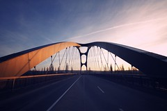 osthafenbrücke frankfurt (bauingenieuse) Tags: new bridge architecture modern sonnenuntergang frankfurt brücke frankfurtammain neu sundowner symmetrie 2015 osthafen architektut netzwerkbogenbrücke bauingenieuse osthafenbrücke