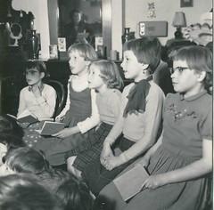 gevonden fotos E de Vries  j 50 Amsterdam Huiskamer opname kinderkoor A8 (janwillemsen) Tags: foundphoto edevries 1950ies children choir recording