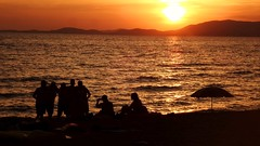 shooting by sunset on the beach 20160903_200518 (2) (hans 1960) Tags: sunset sun sonne sol soleil wasser water nature silhouette himmel sky malle mallorca hills berge seacsape spanien espania people shooting wave wellen sonnenschirm party