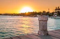Coucher de soleil sur la jete (julien.ginefri) Tags: ocean sunset sea sky cloud mer sol beach mxico mexico soleil boat mar barco coucher yucatan playadelcarmen playa ciel cielo mexique nuage bateau puesta plage nube oceano quintanaroo
