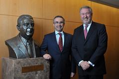 André Porto Alegre, CEO do escritório, e Edgard Hermelino Leite Junior prestam homenagem à Edgard Hermelino Leite, fundador da banca que completará, em 2016, 50 anos de atividade.