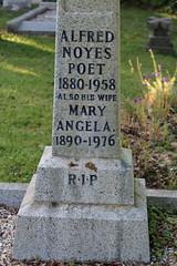 Dead poet (C*Fletcher) Tags: totland graveyard poet deadpoet highwyman alfrednoyes