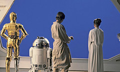 Filming the bluescreen for the final shot in The Empire Strikes Back (Tom Simpson) Tags: starwars theempirestrikesback empirestrikesback vintage film behindthescenes movie 1979 1970s markhamill lukeskywalker carriefisher princessleia leia anthonydaniels c3p0 threepio kennybaker artoo r2d2 droid