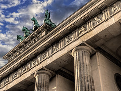 Von vorne unten (ruedigerhey) Tags: berlin laterne kandelaber siegessule himmel hauptstadt deutschland architektur engel sule brandenburger tor lantern candelaber heaven capital germany architecture angel column brandenburg gate