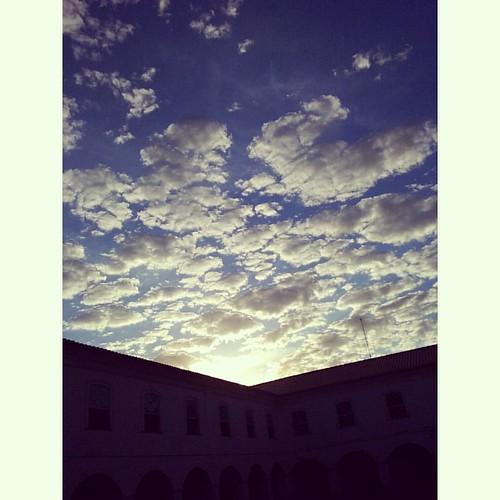 Não está igual a ontem, mas tão lindo quanto... #sky #nuvens #ceuazul #fimdetarde