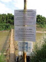 "Luang Prabang: la rivière Nam Khan et un des ses ponts en bambou <a style=""margin-left:10px; font-size:0.8em;"" href=""http://www.flickr.com/photos/127723101@N04/23829285802/"" target=""_blank"">@flickr</a>"