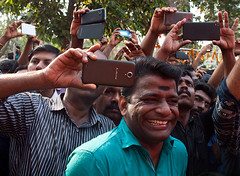 Phones (Evgeni Zotov) Tags: индия india inde indien indië indie índia hindistan الهند インド 인도 印度 भारत הודו kerala malabar kannur cannanore religion hinduism theyyam theyyattam ceremony ritual viewer devotee people crowd man malayali smile fun phone smartphone photo photograph foto takephoto