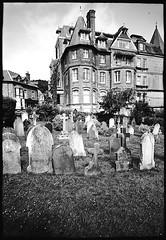 25-20web (kodakplusx) Tags: zimmermitaussicht roomwithaview friedhof viktorianischeshaus victorianhouse cemetary graveyard maisonvictorienne cimetière m6ttl elmaritm 28mmf28v2