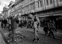 Leica M6 TTL + Voigtlander Super Wide-Heliar 15/4.5 (Paulo J Moreira) Tags: paulomoreira portugal pretoebranco pb streetphotography fotografiaderua filmcamera leicam6ttl voigtlandersuperwideheliar1545 leical39 blackandwhite film kodaktmax100